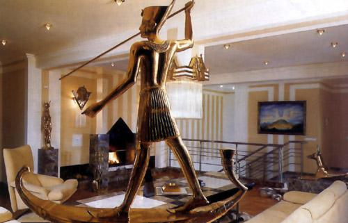 На принадлежность интерьера к египетскому стилю, прежде всего...