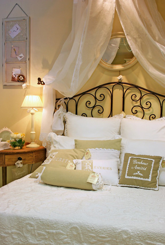Стиль Прованс всячески украшает кровать.  Во-первых, сама форма - это или деревянная кровать с резными спинками и...